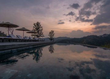 Pool abends Santani Wellness Resort & Spa©Sri Lanka