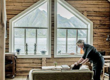 Enjoy incredible views of the Reinefjord from the Sakrisøy Rorbuer restaurant. Photo © Thomas Rasmus Skaug – VisitNorway.com