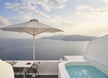 Junior Suite Terrasse ©Katikies Santorini