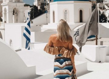 Resort Grounds Santorini Weiße Häuser und Kirchen mit blauen Kuppeln©Vedema, a Luxury Collection Resort, Santorin