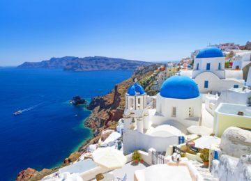 Santorini Weiße Häuser und Kirchen mit blauen Kuppeln©Vedema, a Luxury Collection Resort, Santorin