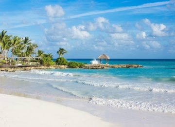 Turquoise-water-of-Eden-Roc-Beach