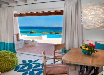Villa Smeralda Wohnzimmer und Blick auf die Terrasse©Hotel Romazzino