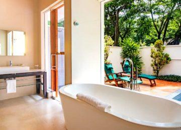 beachfront-plunge-bath©Hilton Seychelles Labriz Resort & Spa