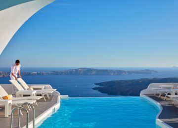 Pool mit Blick auf die Caldera ©Katikies Chromata Santorini