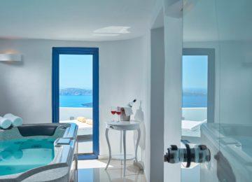 Badezimmer mit Meerblick und Blick auf die Caldera ©Katikies Chromata Santorini