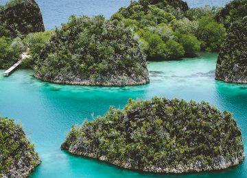 Select Luxury Travel Aqua Blu Indonesien Raja Ampat Pianemo Islands. Group of small island in shallow blue lagoon water, Raja Ampat, West Papua, Indonesia